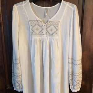 Monoreno Tops - Cream tunic from Vici Collection.  EUC wore once!